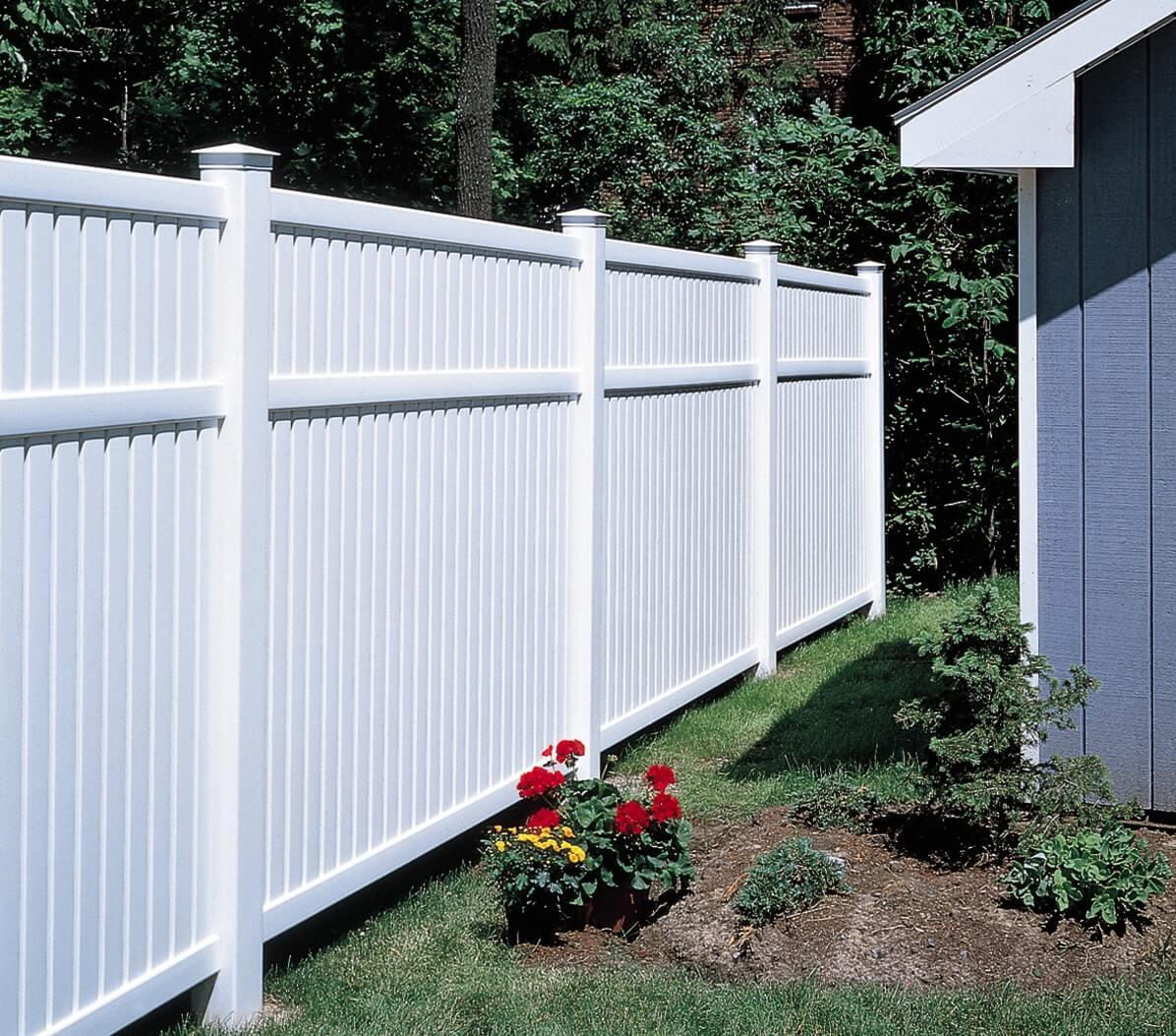 גדר לבנה לחצר
