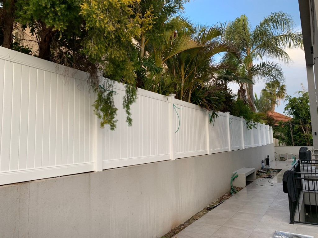 התקנה גדרות לגינה ברעננה גדר אמריקאית גדר בין שכנים גדר ללא תחזוקה (3)