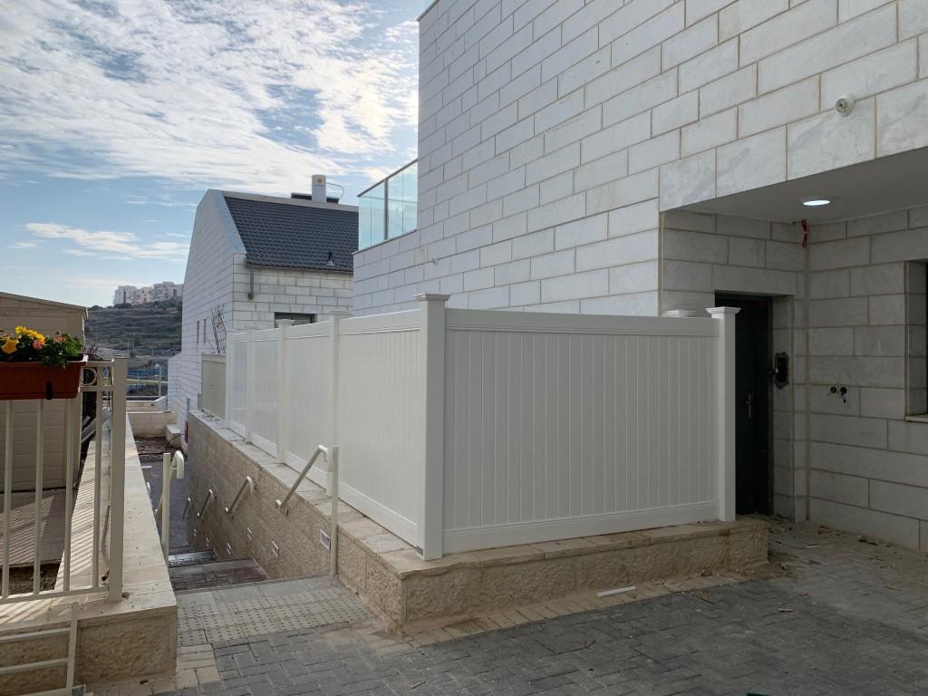 התקנת גדרות לגינה בבית שמש גדר אטומה גדר אקוסטית גדר לפרטיות (1)