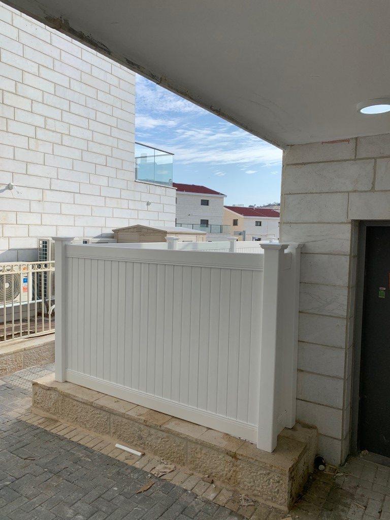 התקנת גדרות לגינה בבית שמש גדר אטומה גדר אקוסטית גדר לפרטיות