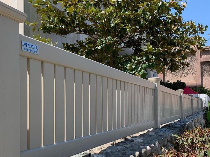 גדר בטקסטורת עץ בקרית מוצקין