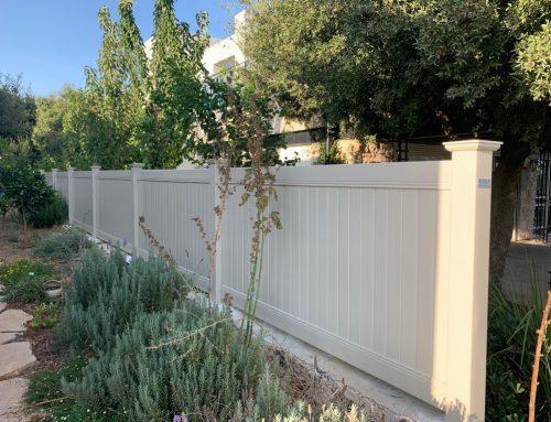 התקנה בצבעון גדר לגינה אקוסטית בצבע שקד