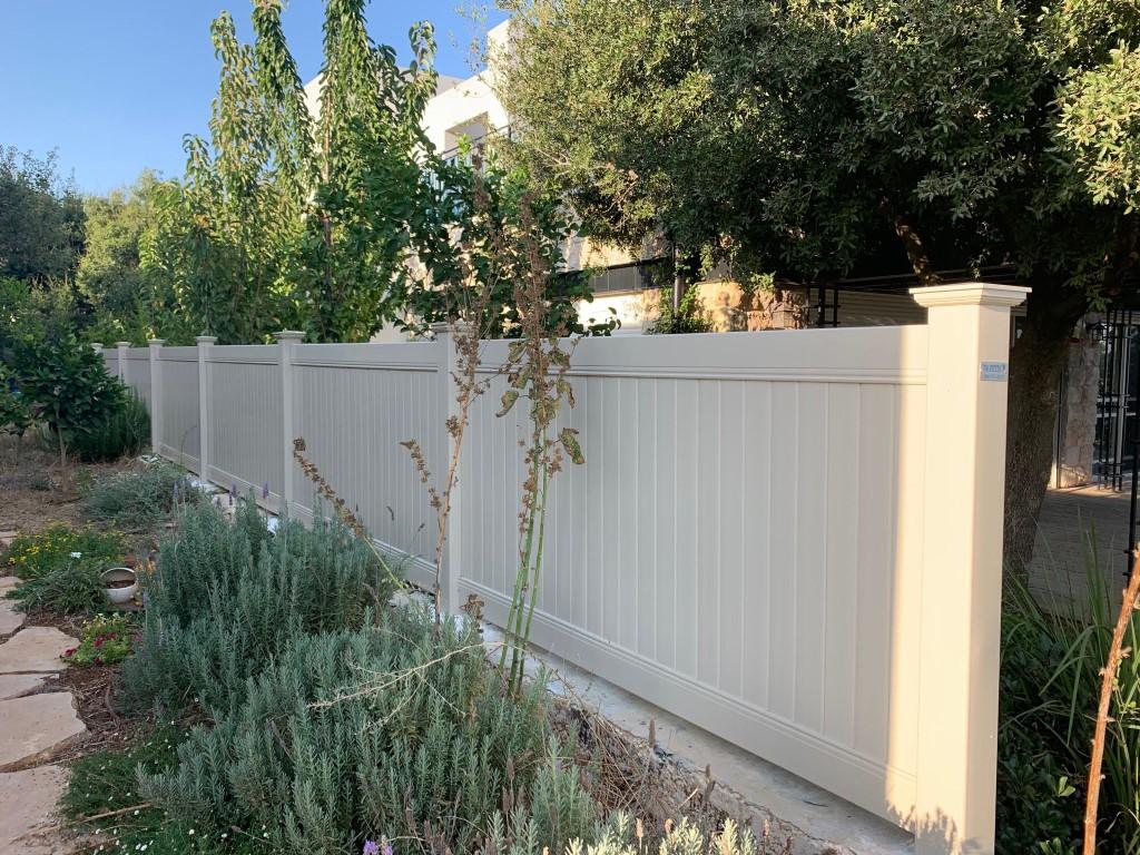 התקנה בצבעון גדר לגינה אקוסטית בצבע שקד (2)