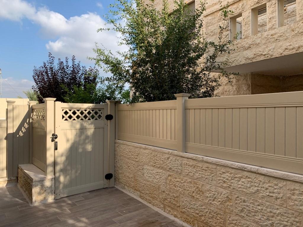 התקנת גדרות ושער לגינה בצבע שקד בחשמונאים (1)