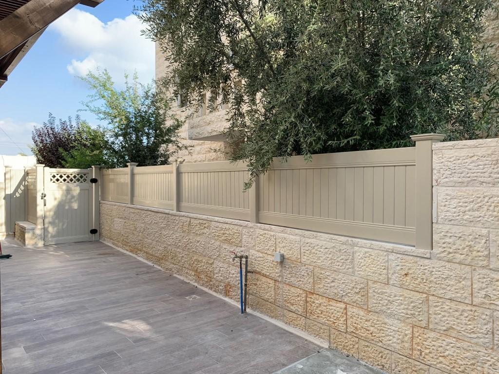 התקנת גדרות ושער לגינה בצבע שקד בחשמונאים (2)